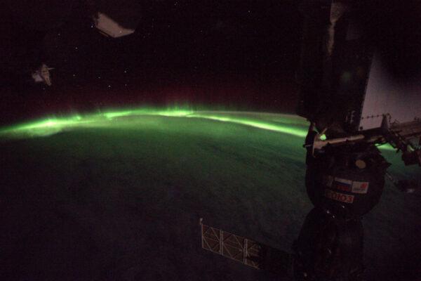 Těžko si představit fyziku polárních září: částice bombardující naši atmosféru se rozzáří v podívané, která nemá obdoby.