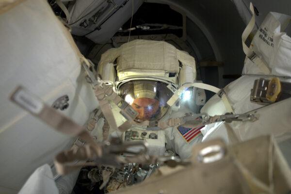 Shane připravuje veškeré vybavení pro výstup z přechodové komory.