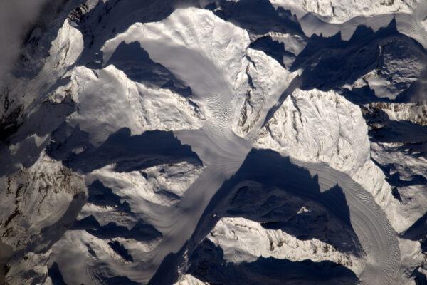 Ledovce a sníh v Alpách vypadají trochu jako vyšlehané vaječné bílky.