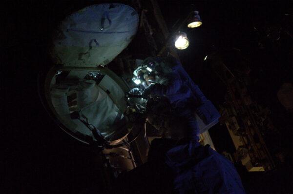 Peggy vystoupila první do noci... proto máme svítilny na přilbě.