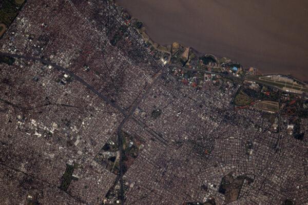 (1/2) Buenos Aires, hlavní město Argentiny, se i odsud zdá jako plné života.