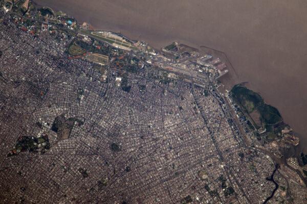 (2/2) Buenos Aires, hlavní město Argentiny, se i odsud zdá jako plné života.