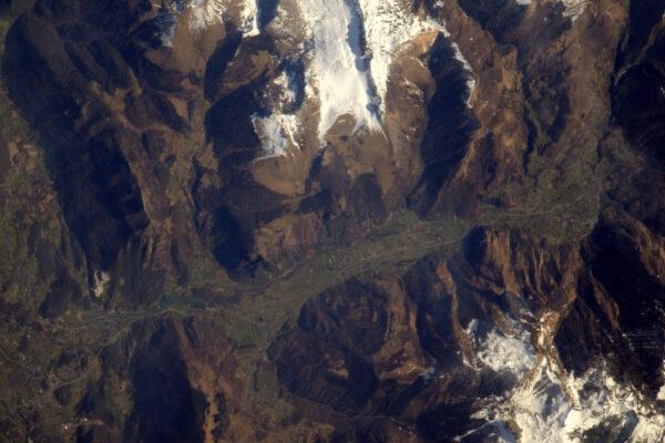 Pyrenejské údolí a Lurdy. Líbí se mi 3D efekt této fotky.