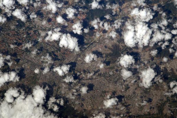 Caracas, hlavní město Venezuely. Na spodním okraji této fotky jsou vrcholky, které jej dělí od Karibského moře.