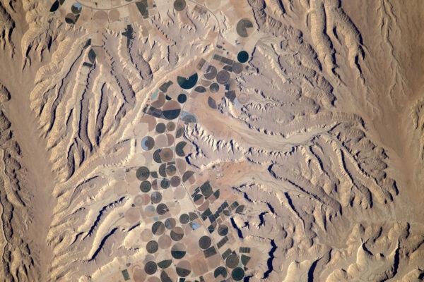 Abstraktní umění, ve kterém se míchají různé tvary – Jemen.