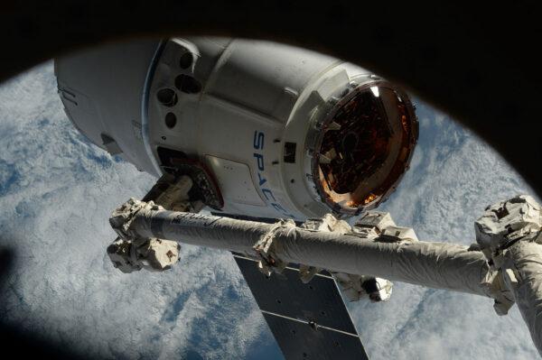 Jedna starší fotka Dragonu před jeho připojením ke spodnímu uzlu. Tyhle robotické operace se řídí ze Země, kde to řeší týmy z NASA a Kanadské kosmické agentury.