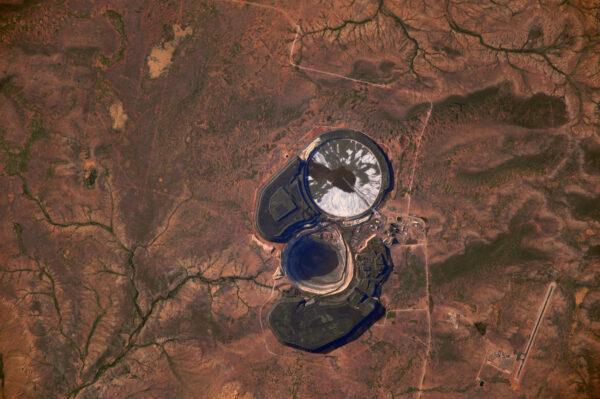 Australské vnitrozemí ukrývá mnoho krás i překvapení. Nevím, co to je, ale vypadá to jako podivné oko. Má to svou vlastní ranvej a mnoho pravidelně tvarovaných budov, nebo struktur okolo. Tajná vojenská základna, nebo snad jen obyčejný lom?