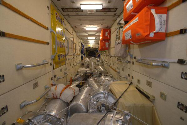 A tohle už je FGB (Zarja) – první modul ISS, který byl poslaný do vesmíru v roce 1998 (jo, to jsem by ještě mladý ;) )
