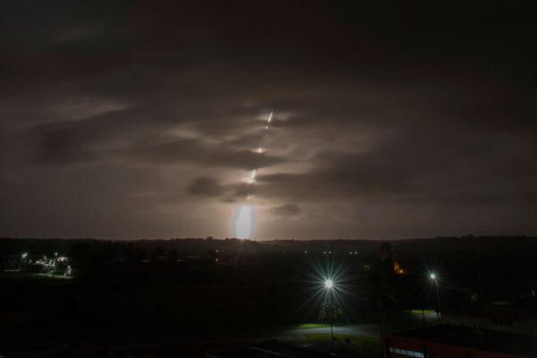 Celkový pohled pomocí dlouhé expozice na devátý start rakety Vega.