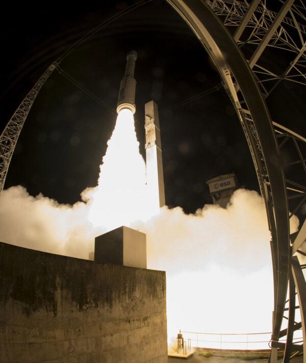 Raketa krátce po startu začala sklánět špičku z severu - mířila totiž na polární oběžnou dráhu. Družice Sentinel 2B tak bude moci pokrýt celou planetu.