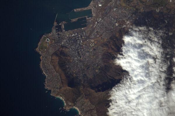 Kapské město ohraničené Lví hlavou a Stolovou horou.