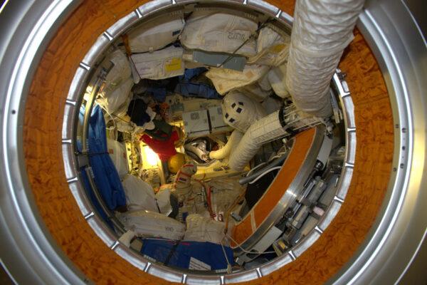 MRM2 je dvojče CO1 (chytáte se? :-)). Modul Poisk je umístěný v zenit-pozici na ISS. Polohu určujeme pomocí názvů nadir, zenit, aft, forward, port a starboard.