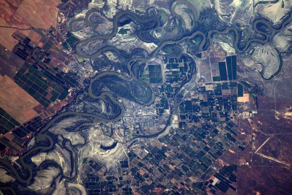 Zase Austrálie – město ve vnitrozemí usazené v meandrech neidentifikované řeky.