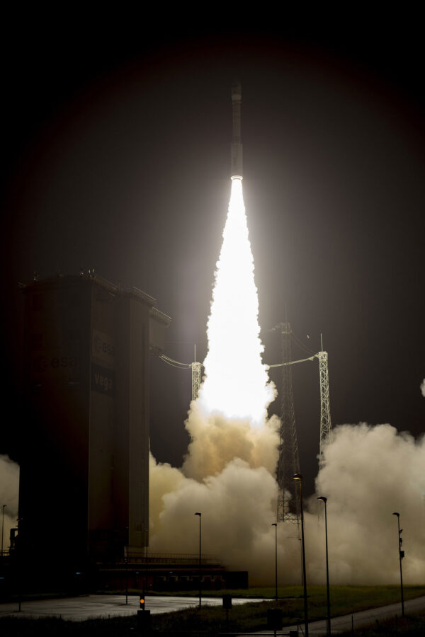 První tři stupně rakety Vega využívají tuhé palivo.