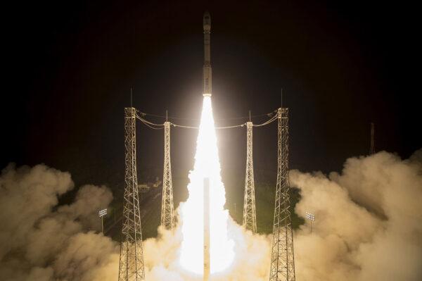 Raketu Vega při startu pohání 11 metrů vysoký motor P80