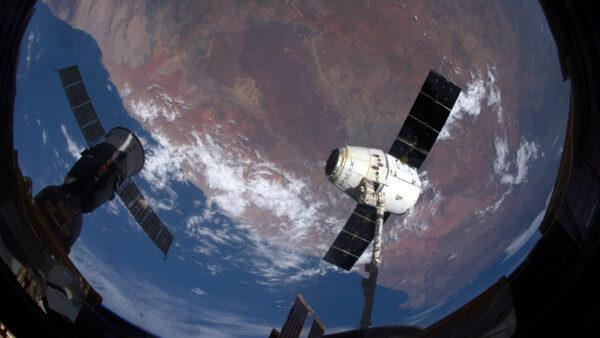 Dragon a Sojuz jsou jedinými loděmi, které se dokáží vrátit na Zemi. Dnes si tváří v tvář čelili na Vesmírné stanici. Rozdílné technologie, rozdílný jazyk, stejný cíl!