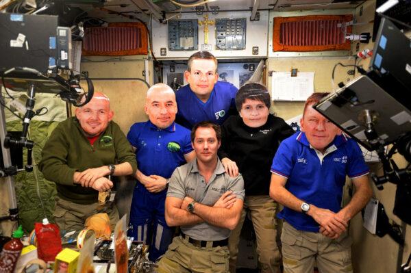 Co nám ve vesmíru nejvíc chybí? Přátelé, protože s nimi nemůžeme být … i když možná můžeme! Tady je pět mých kolegů z astronautického výběru z roku 2009, parta super lidí. Ve skutečnosti jsme letěli na ISS každý jindy, ale já jsem se rozhodl, že to trochu změním. ;)