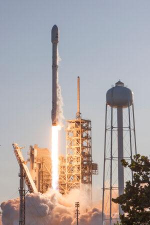 Mise SES-10 startuje a první stupeň Falconu 9 je poprvé použitý opakovaně.