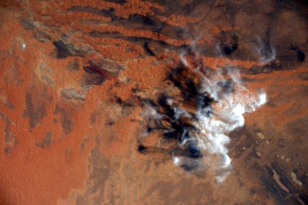 Sahara je domovem nádherných barev. Zdá se, že mraky si hrají s krajinou a přidávají této zářivé malbě dotyky bílé barvy.