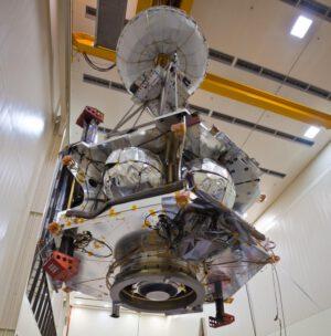 Manipulace s tělem sondy Juno. Na spodní části je vidět motor Leros 1b.