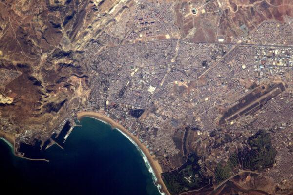 Město Agadir v Maroku. Fotbalový stadion je v horní části fotografie, golfové hřiště ve spodní.