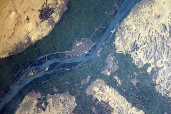 Dnes je světový den vody (22.3., pozn. redakce). Zde vidíte údolí Nilu: svěžest a zeleň poblíž vody a všude jinde jen pustina. Voda znamená život, udržujme ji čistou!