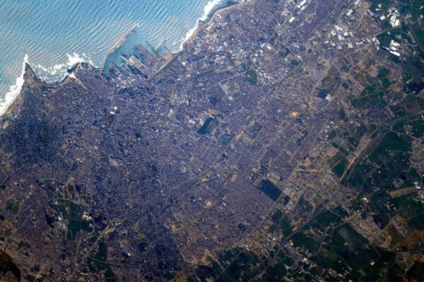 Zdravím Casablancu! Tohle město je kromě jiného rozpoznatelné díky velké mešitě přímo na pobřeží.