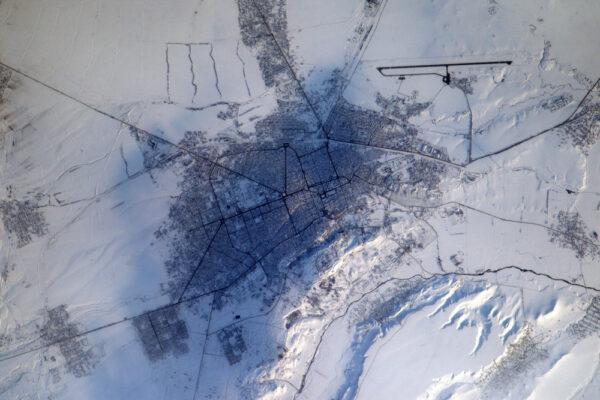 Zdá se, jako by toto město v Arménii leželo na sněhovém koberci. Dokážeme proletět od Sahary po Kavkaz na jednom orbitu za méně než 2 minuty.