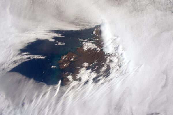 Konečně! Místo, které se z různých důvodů dlouho skrývalo před objektivem mého fotoaparátu. Mraky se rozdělují, aby odhalily Kerguelenovy ostrovy na konci světa ve Francouzském jižním území. Vítr, oblaka, mrazivé teploty: žádný prázdninový ráj, ale destinace vědců ... včetně CNES.
