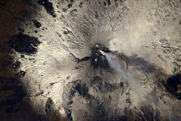 Etna je v těchto dnech aktivní. Asi není nejlepší čas vydat se tou klikatou cestou, kterou vidíte vlevo ;)