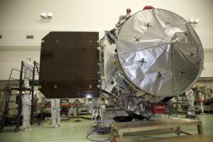 Montáž sondy Juno - dobře je vidět vysokozisková anténa