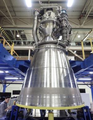 První dokončený exemplář motoru BE-4
