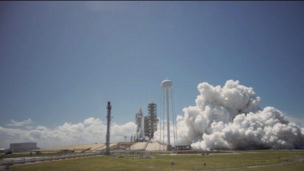 Oficiální fotka od SpaceX zachycující statický zážeh před misí SES-10.
