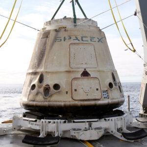 Dragon z mise CRS-10 po vylovení z oceánu. Nyní míří k pobřeží, kde dojde k vyložení časově citlivého nákladu.