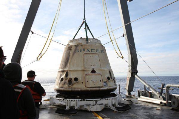Tuto fotku Dragona na lodi jsme zatím viděli jen v oříznutém stavu. Nyní ale vidíme i okolí.