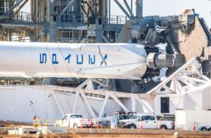 Detail spodní části TEL, která projde úpravami pro kompatibilitu s Falconem Heavy. Snímek byl pořízen při vývozu Falconu 9 na rampu 39A.
