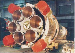 Tři dvoukomorové motory RD-250 na prvním stupni rakety Cyklon-3. Vernierovy trysky jsou schované.