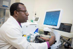 Doktor Abba Zubair, který stojí v čele experimentu Microgravity Expanded Stem Cells