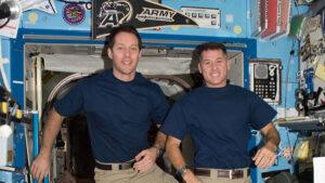 Thomas Pesquet (vlevo) a Robert Kimbrough (vpravo) - dvojice pro výstup s číslem 40.