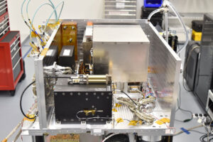 Atomové hodiny, přijímač GPS, Ultra-stabilní oscilátor tvoří základ Deep Space Atomic Clock.