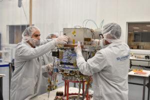 Usazování Deep Space Atomic Clock na družici Orbital Test Bed (OTB-1)