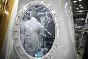 Průhled skrz okno testovacího modulu ECLSS