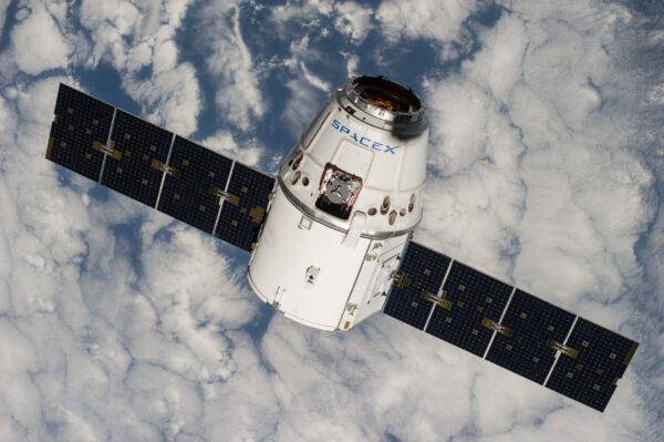 Současný Dragon 1. generace při zásobovací misi k ISS