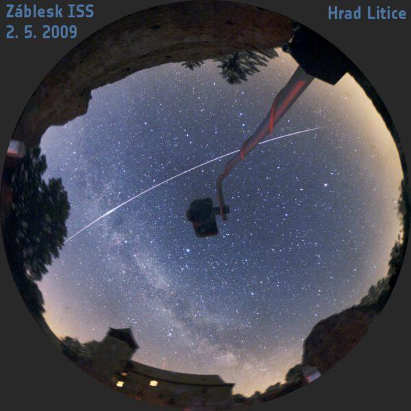 Záblesk ISS 2. 5. 2009 na hradě Litice. Obraz v celooblohovém zrcadle snímala zrcadlovka na držáku. Expozice 6 minut. Foto: Martin Gembec