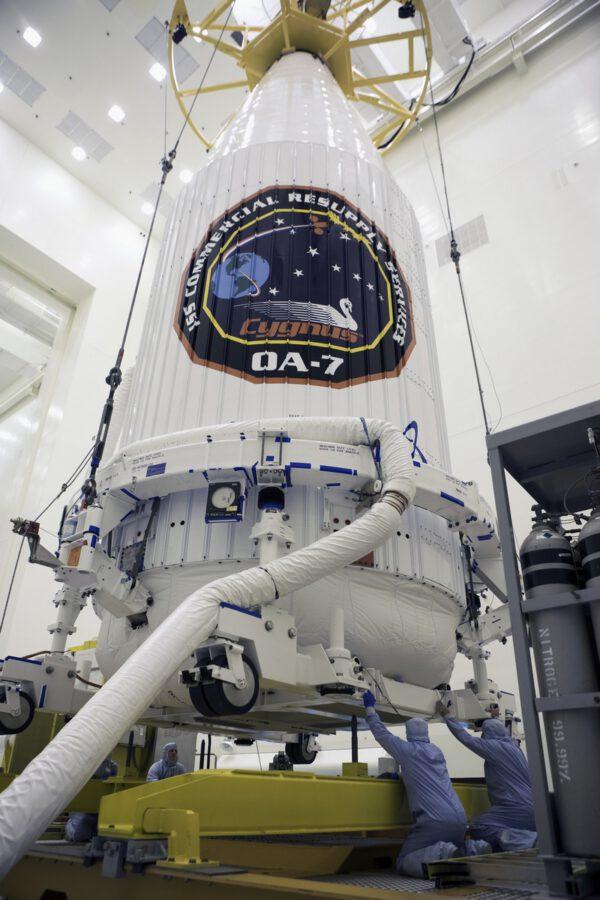 Cygnus v krytu připravován k převozu na rampu
