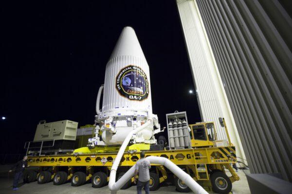 Cygnus odjíždí z haly k rampě