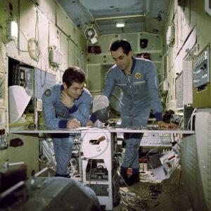 Posádka Sojuzu-29 během výcviku (zleva: Kovaljonok, Ivančenkov)