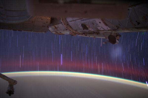 To není meteorický déšť, i když to tak zajisté vypadá! Létání rychlostí 28 000 km/h nám umožňuje vidět hvězdnou oblohu pochodující před našima očima jako v malém planetáriu v dětském pokoji... jen v životní velikosti ;)