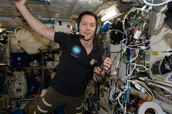 """Používám radiostanici Mezinárodní vesmírné stanice pro spojení se žáky. Komunikujeme přes konstelaci geostacionárních satelitů nazvaných TDRSS: i když obíháme Zemi, vždy máme jeden z nich na přímou viditelnost našich antén. Tyto satelity přeposílají naše data a hlas na zemi. Můžeme také využít spojení na přímou viditelnost, většinou jako zálohu, stejně jako letadla s řídícími letového provozu. S řídícími středisky komunikujeme na několika různých """"space-to-ground"""" (vesmír-země, pozn. redakce) kanálech a máme výborné pokrytí signálem: máme pouze několik málo momentů v hodině, kdy nemáme spojení s řídícími středisky."""