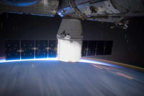 Dlouhoexpoziční fotka zásobovací lodi Dragon od SpaceX. Dragon je jednou ze dvou lodí, které se vracejí na Zemi a tak je pro vědce příležitostí získat vzorky z vesmíru. Přílet každé lodi je pro posádku hektickým obdobím, jelikož je nutné náklad vyložit, roztřídit a zorganizovat nové vybavení. A pro Dragon to platí dvojnásob: musíme připravit vzorky k návratu na Zemi a některé z nich musí být vyloženy tak rychle, jak je to jen možné, jelikož jejich skladovací čas je omezený (například zmražené vzorky nebo živé buňky). Stejně jako při focení, klíčem je načasování!